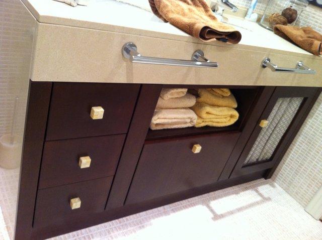 mueble de bao empotrado bajo lavamanos en color wengue con puertas y cristal