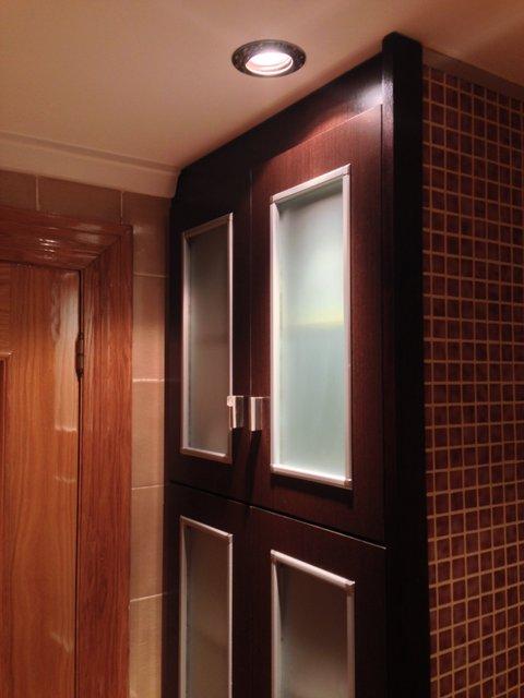 mueble empotrado en baño en color wengue con puertas y cristal