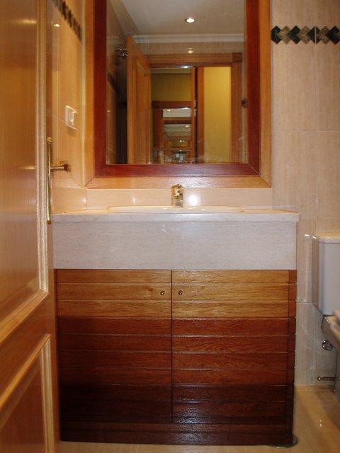mueble de baño empotrado de madera con degradación de colores