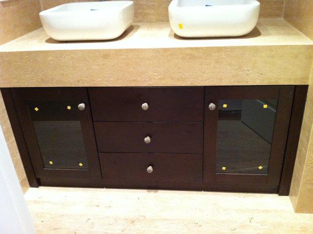 armario empotrado de baño de color nogal o wengue de puertas con crital