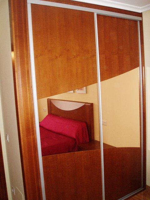 armario empotrado puertas de correderas cerezo y cristal ovalado