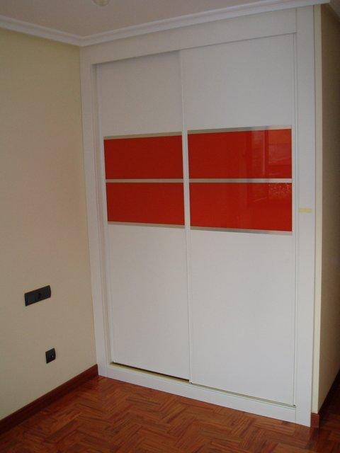 armario empotrado puertas de correderas lacado en blanco con cristal naranja