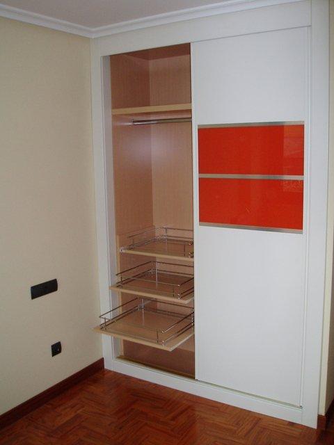 armario empotrado puertas de correderas lacado en blanco con cristal naranja y interior