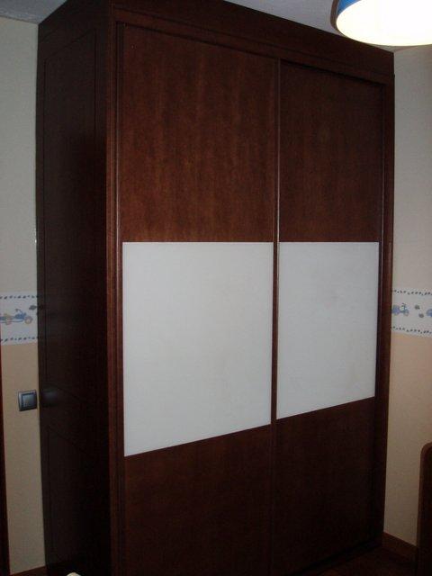 armario empotrado puertas de correderas nogal y cristal blanco