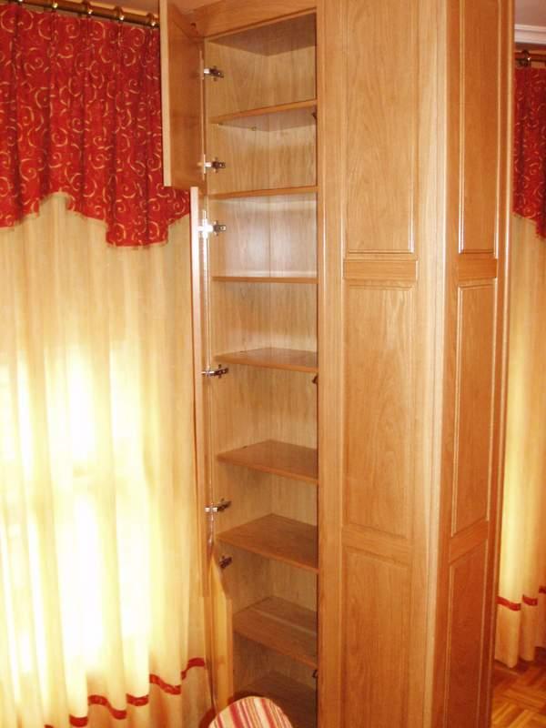 mueble empotrado para tapar columna en roble