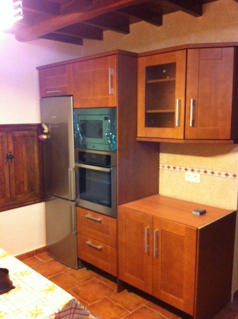 cocina de madera maciza de cerezo con electrodomésticos