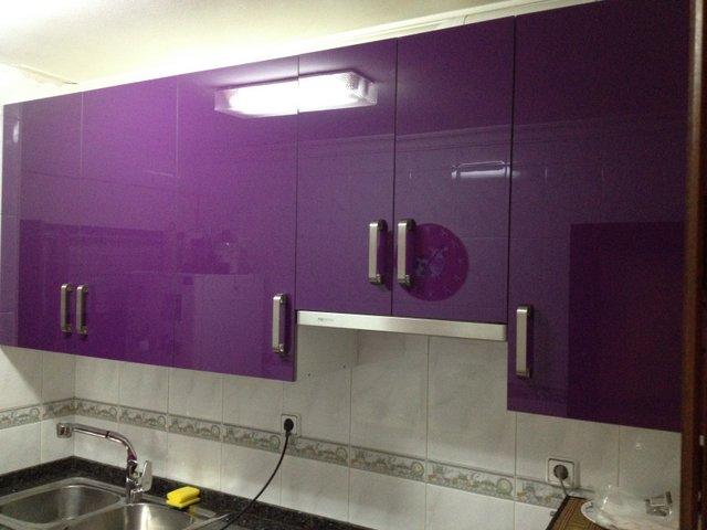 cocina de diseño alto brillo de color berenjena con electrodomésticos