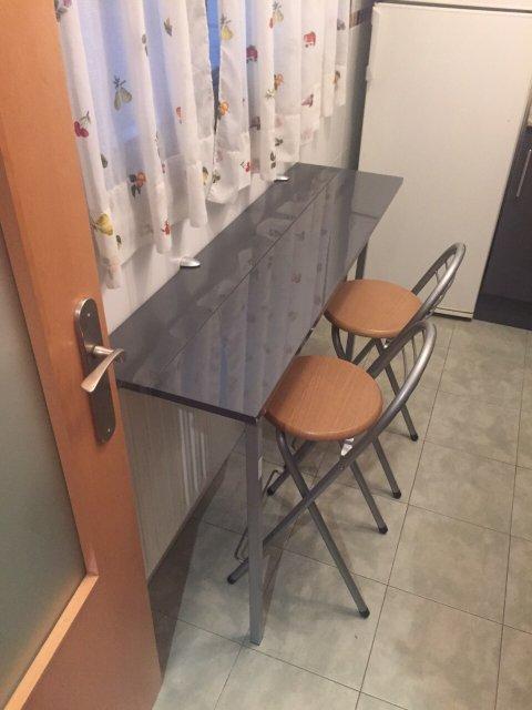 mesa auxiliar de cocina plegable de color negro o gris con silla