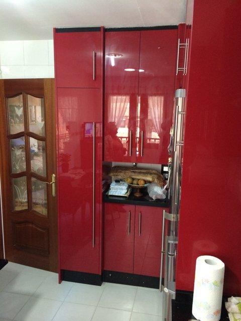 cocina de diseño alto brillo de color rojo y negro con electrodomésticos