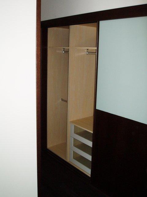 armario empotrado puertas de correderas wengue y cristal interior