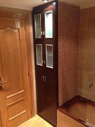 mueble empotrado ed baño en color wengue con puertas y cristal