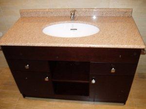 mueble de baño en nogal o wengue con piedra de marmol