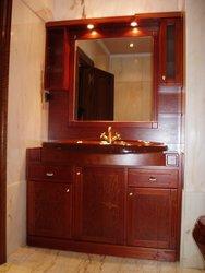 mueble de baño empotrado con luces de madera maciza