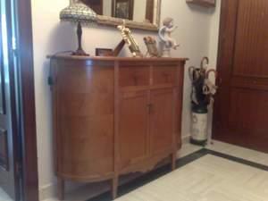 mueble auxiliar de pasillo con forma redonda en madera