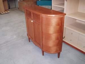 mueble auxiliar de madera con forma ovalada
