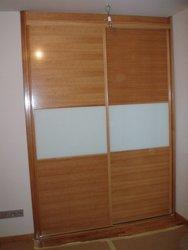 armario empotrado puertas de correderas roble y cristal blanco o leche