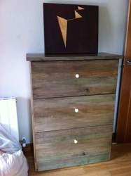 mueble de madera con cajones y efecto restaurado