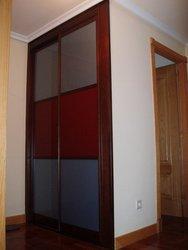 armario empotrado puertas de correderas cristal a dos colores granate y al acido
