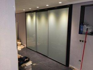 armario empotrado puertas de correderas nogal y cristal