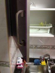 cocina de diseño alto brillo de color berenjena, cantos de cristal o color con electrodomésticos