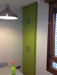 armario de cocina auxiliar de color verde con puertas