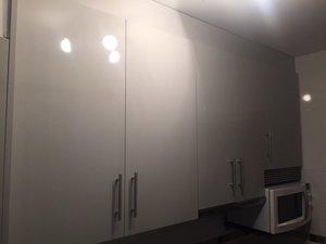 cocina de diseño color gris claro con remates y con electrodomésticos