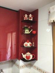 cocina de diseño alto brillo con esquinero de color rojo y negro con electrodomésticos