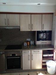 cocina de diseño de color madera con electrodomésticos